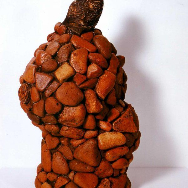 Steinfrau, seitlich, 1999, 46x28x22cm, Gips, Erde, Backstein